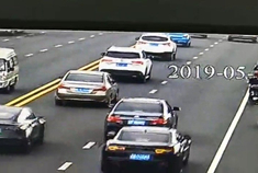 柳州4车连撞,1辆特斯拉遭殃!这辆车负全责