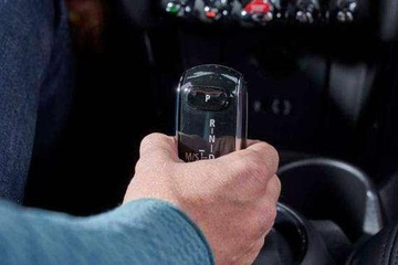 自动挡汽车怎样下坡更安全?老司机:最好不要挂D档踩刹车!