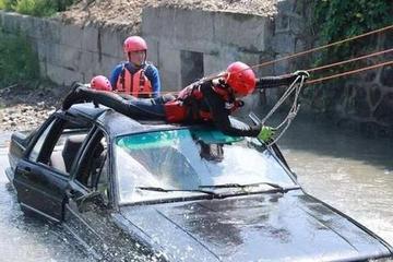 为什么汽车坠河之后,很多人都逃不出来?老司机教你求生办法
