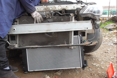 雪佛兰科沃兹发动机高温时水箱漏水,看下汽车水箱更换的基本流程