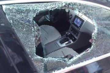 汽车钥匙被锁车内?别再砸车玻璃了,车主:这一小技巧真实用
