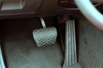 行车时油门被卡死,怎么办?老司机:学会这招,先把命保住再说!