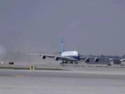 民航局长向机长献花 第一架试飞飞机降落大兴机场