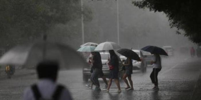 台湾气象部门发布17县市大雨特报 提醒民众防雷击
