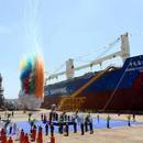 中国造三艘62000吨多用途纸浆船在辽宁大连交付