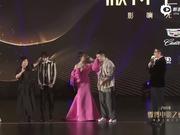 """视频:易烊千玺周冬雨互相上演""""摸头杀"""""""