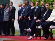 三次在公共场合颤抖后 默克尔坐着参加外交仪式