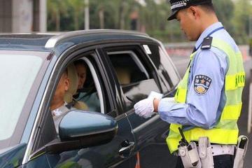 """交警:严查后排不系安全带的违法行为 车友:我这里已经""""开罚"""""""