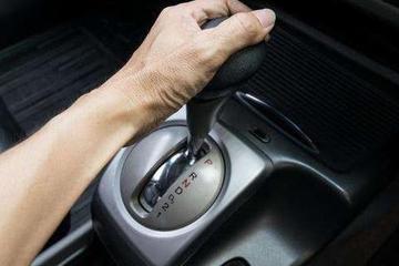 开自动挡下坡怎样操作更安全?老司机:挂D档踩刹车是最危险的!