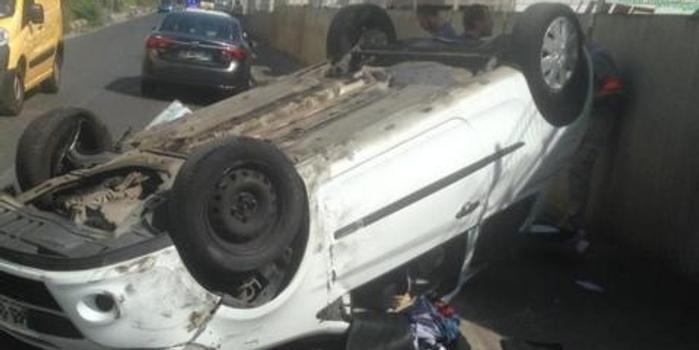 法國三劫匪搶劫時偶遇警隊精英 逃跑時失控翻車