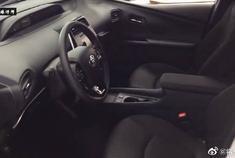 新款丰田普锐斯,打开车门看到中控台后,买不买自己决定