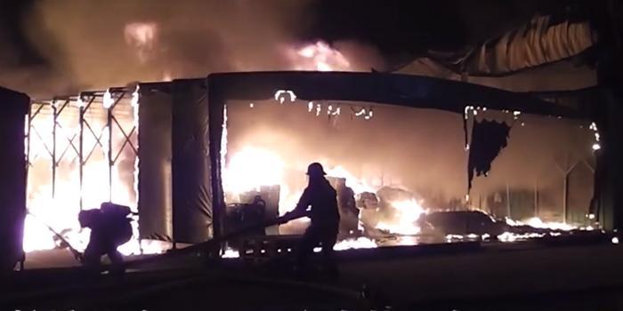 上海一农药厂发生火灾 3名消防员中暑送医