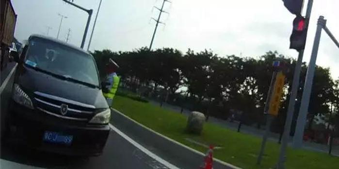 男子开车上班 途中车上多了4个人竟浑然不知(图)
