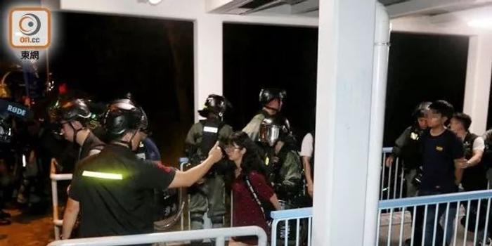 香港暴徒昨晚挑衅港警 速龙小队出击制服多人