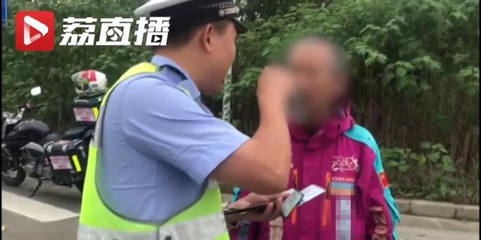 """摩托车超速车主亮出""""地球通行证"""" 交警:不认"""
