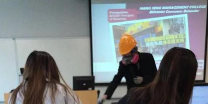 香港高校教师穿黑衣戴头盔面罩上课 校方这样回应