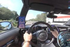 宝马 Mini JCW 德国高速上凶狠飙车,244km时速。