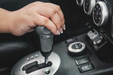 自动挡在行驶时,换挡到底要不要踩刹车?很多人都还不知道