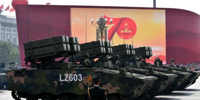 """国庆70周年阅兵展现中国军队""""硬""""实力"""