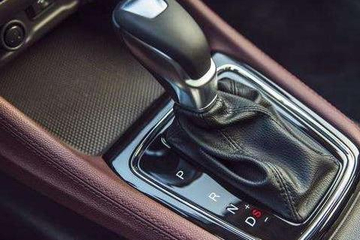 自动挡停车先挂P档还是先熄火?老司机:正确停车,车子多开几年