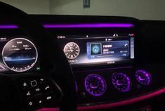 奔驰E级E300L音响还不错,64色氛围灯和液晶仪表盘很漂亮