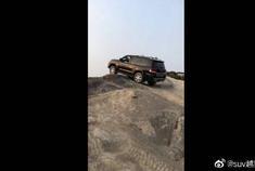 雷克萨斯LX570快上到坡顶却卡住了,这就尴尬了!