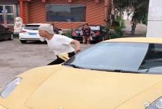 大叔抡起大锤就砸法拉利玻璃,结果开车门的动作亮了,多此一举
