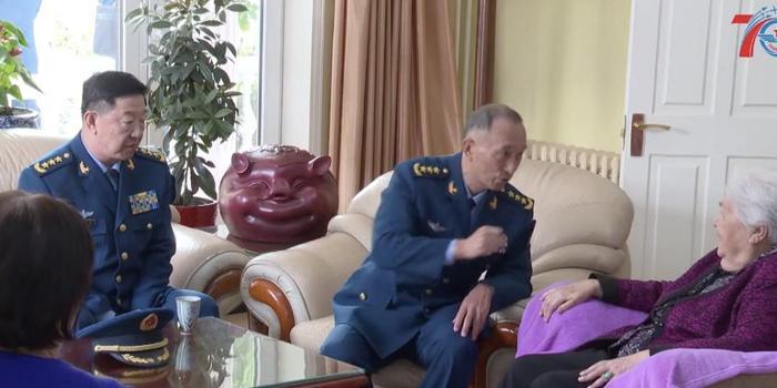 空军司令员和政委专程上门看望这位老人