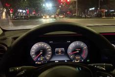 奔驰E级配备流光溢彩氛围灯,外观黑色立标很大气,整体还不错
