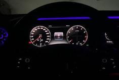 奔驰E级标配全液晶仪表盘,搭配内饰流光溢彩氛围灯很漂亮