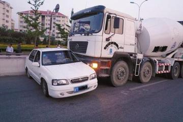 """珍爱生命,对生命负责!请远离""""让速不让道""""的大车、渣土车!"""