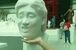 美术学院毕业展门口的明星表情包雕塑,看到第一个乌蝇哥张学友就笑了图片