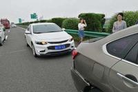 雪佛兰迈锐宝XL高速追尾日产轩逸,车主:日本车的质量还是不行