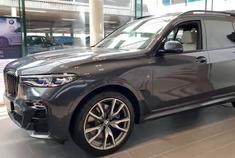 2020款宝马X7M50i,有530匹马力,7座豪华SUV