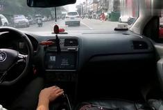 驾驶手动挡大众polo行驶在市区突遇复杂路况!