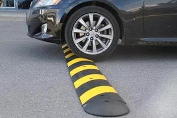 过减速带时踩刹车,车可能也就被伤了
