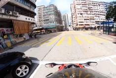 奔驰S级偶遇重机车,摩托车手的一个操作,奔驰彻底无奈了!