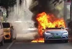 长安逸动EV450电动汽车起火并燃烧