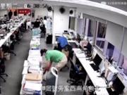监控视频曝光 李国庆早上6点半突袭当当翻箱倒柜
