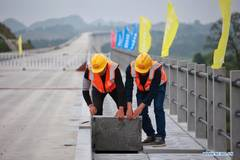 Grand bridge of Guiyang-Nanning high-speed railway under construction
