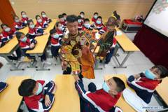 Artists introduce traditional shadow play to students in N China's middle school