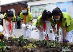 Students plant to beautify neighborhood in Haidian District of Beijing