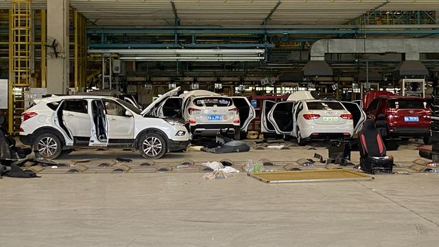 暴雨后的争议:燃油车和电动车谁更安全