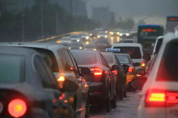 在高速上,突遇大暴雨怎么办?不想丢了性命,牢记这5个小技巧!
