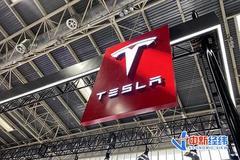 特斯拉維權女車主站上紅色款Model 3展車已被換成黑色款 工作人員提醒安保多觀察場內