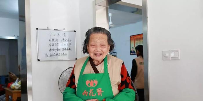 90岁奶奶开餐厅老人免费 开业首日200人免费来吃