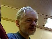 阿桑奇狱中照片曝光:一头短发 略显消瘦