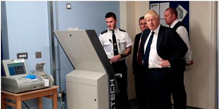 囚犯体内塞鸡蛋往监狱运毒品 扫描照吓坏英新首相