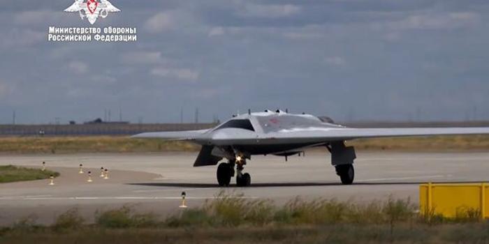 """俄罗斯公布首架无人战斗机""""猎人""""首飞画面"""