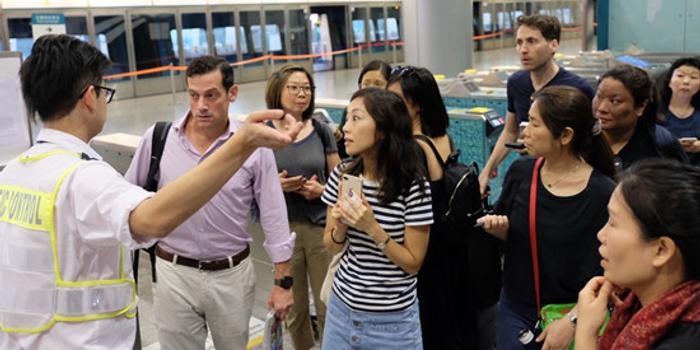 香港机场黑衣人聚集:机场地铁暂停 防暴警察增援